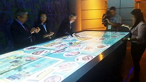 huge-large-scale-touchscreen-table-02-live-05.jpg