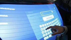 multi-touch-heckscheibe-pkw-hyundai-i30-eyefactive-07.jpg
